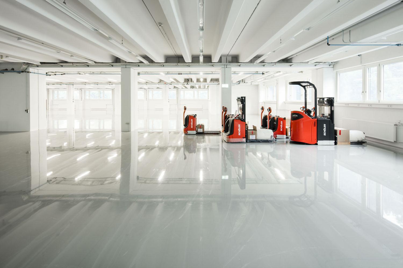 Innenaufnahme einer sanierten Gewerbehalle. Neue Gabelstapler warten auf Ihren Einsatz.