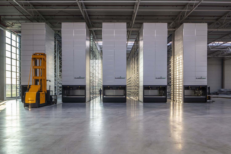 Innenaufnahme einer neu errichteten Gewerbehalle von MP Holding. Mensch und Gabelstapler zeigen die Größe des Lagers