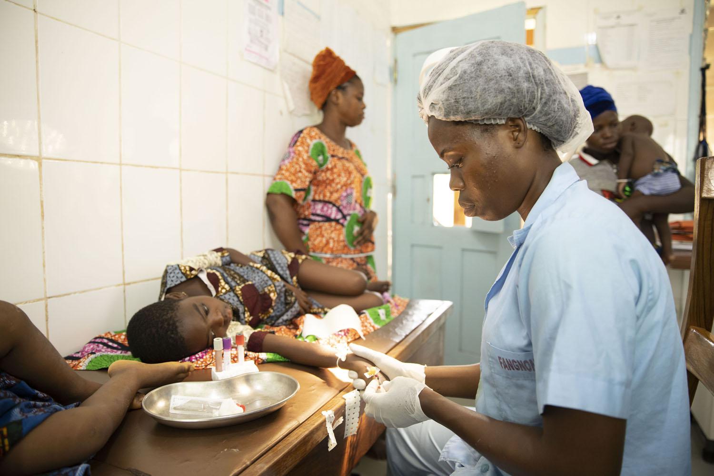 Healthcare Fotografie: in der Notaufnahme der Kinderabteilung eines afrikanischen Krankenhauses wird einem Kind Blut abgenommen.