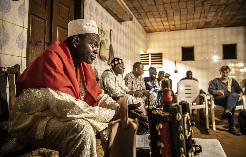 Healthcare Fotografie: Traditionelle afrikanische Heiler und Voodoo-Priester haben ein Meeting mit deutschen Ärzten.